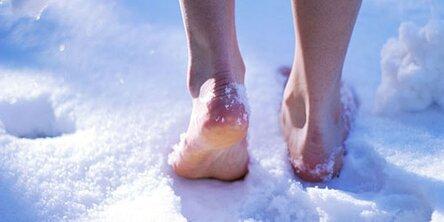 идти по снегу босиком