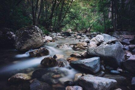 Следует иметь в виду, что непосредственно у скал очень мало источников воды. Водой нужно запасаться у подножия гор