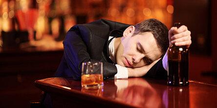 Пьяный парень во сне